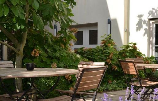 ontbijten op het terras - gezellige stadstuin Hotel de Tabaksplant Amersfoort centrum