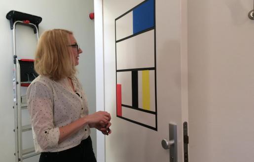 Aline maakt de Mondriaan kamer in Hotel de Tabaksplant voor Stijljaar 2017