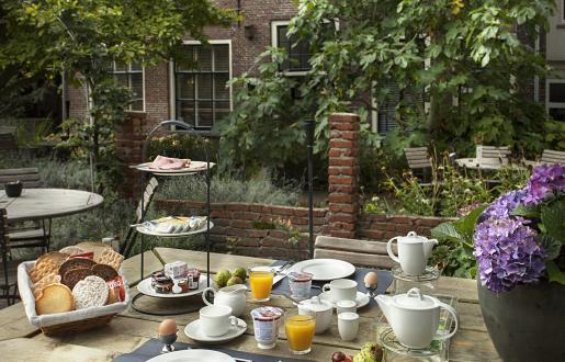 Ontbijten in Hotel de Tabaksplant te Amersfoort, dit kan ook buiten in onze stadstuin!