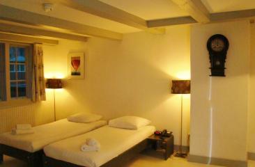 luxe tuinkamer met keuken faciliteiten en diner tafel centrum Amersfoort Hotel de Tabaksplant