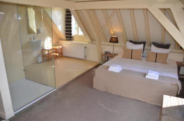100% transparante badkamer en-suite glass design suite Hotel de Tabaksplant
